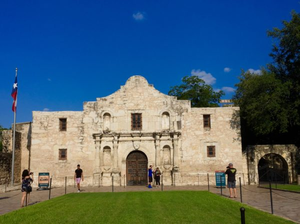 10 Things to Do and See in San Antonio for the weekend, a travel guide featured by top US travel blog, The Common Traveler: the Alamo in San Antonio, Texas