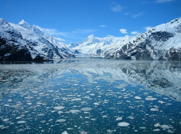 Glacier Bay - lake with ice and mountains covered in snow