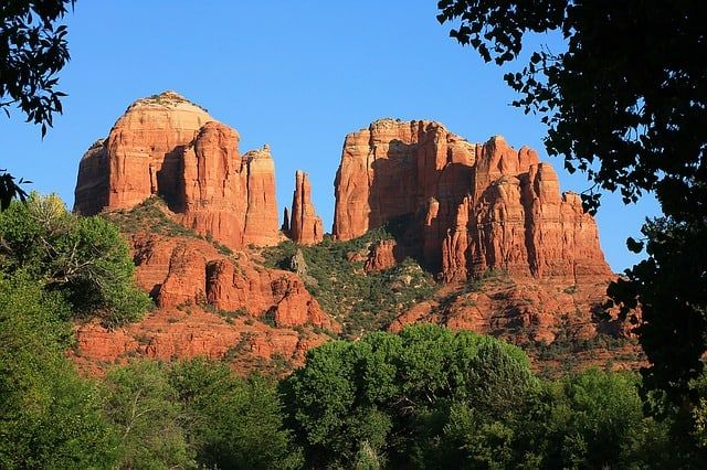 TOP 20 BEST WEEKEND GETAWAYS IN THE US featured by top US travel blog, The Common Traveler: image of  red hills in Sedona, Arizona