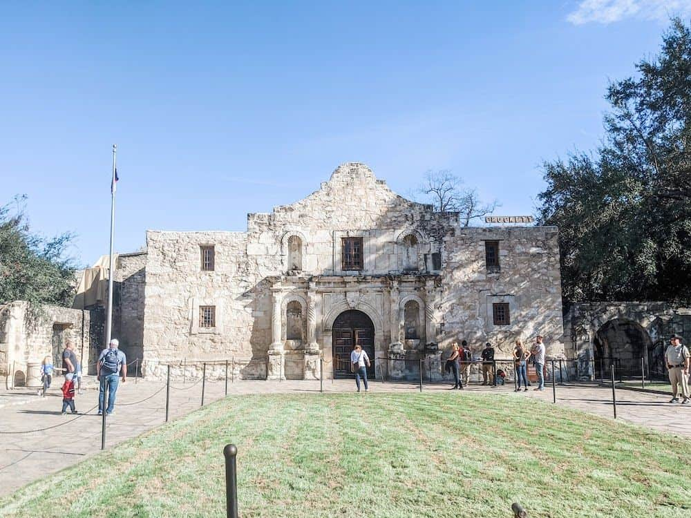 TOP 20 BEST WEEKEND GETAWAYS IN THE US featured by top US travel blog, The Common Traveler: image of  The Alamo in San Antonio, Texas