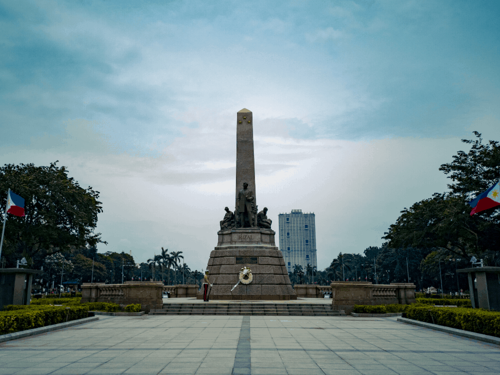 8 BEST THINGS TO DO IN MANILA Philippines featured by top travel blogger, The Common Traveler: Rizal Park.