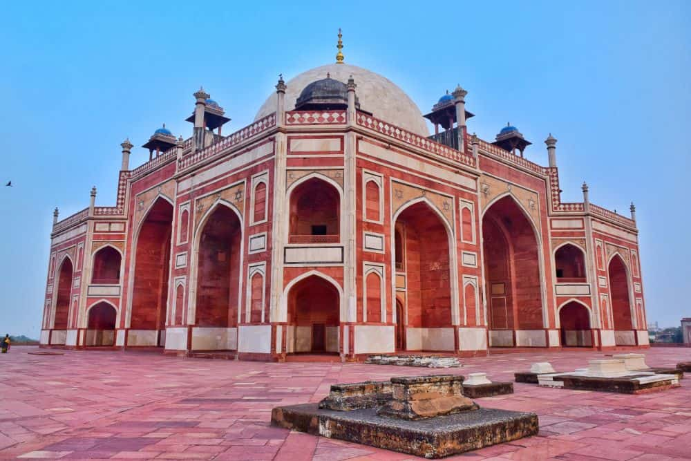 THE BEST THINGS TO DO IN DELHI, INDIA - A COMPLETE TRAVEL GUIDE TO INDIA'S HISTORIC CAPITAL featured by  The Common Traveler; Image: Humayun's Tomb