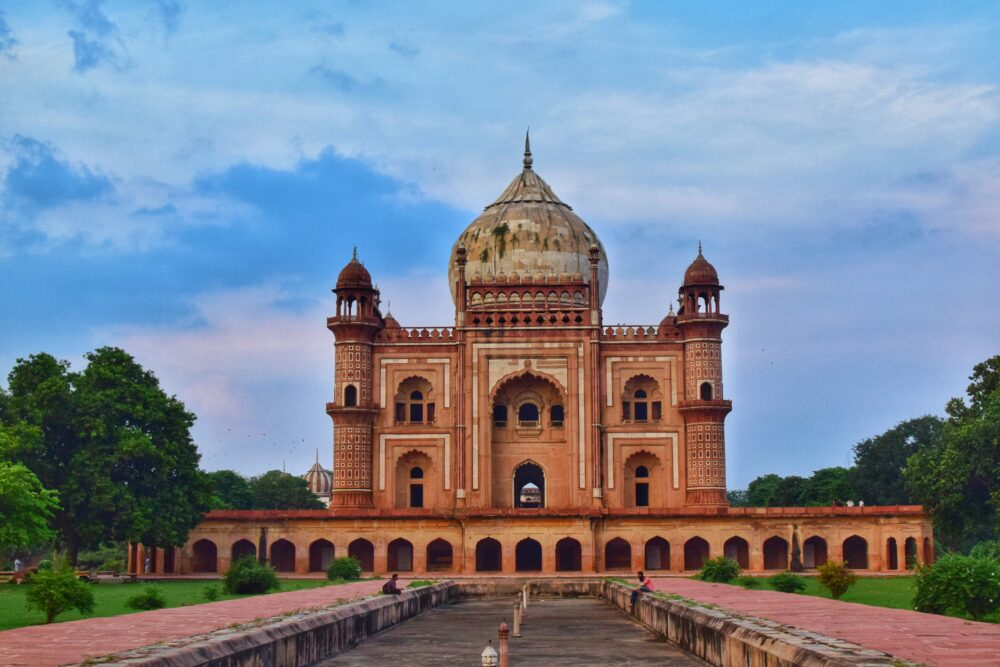 THE BEST THINGS TO DO IN DELHI, INDIA - A COMPLETE TRAVEL GUIDE TO INDIA'S HISTORIC CAPITAL featured by  The Common Traveler; Image: Safdarjung Tomb